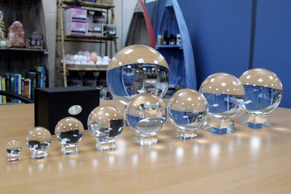 szklane kule kryształowe w różnych rozmiarach