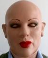 maska lateksowa kobiety na głowie mężczyzny