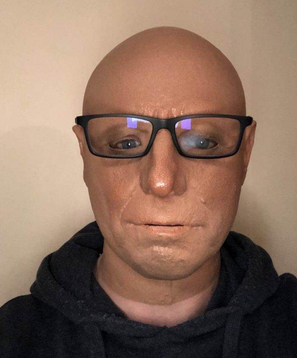 Aleksander lateksowa twarz stauszka