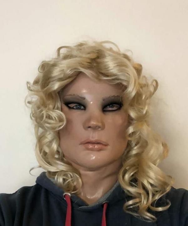 Maska lolita z peruką zdjecie po nałożeniu na męską twarz