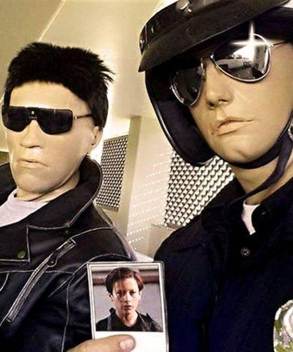 Repliki twarzy cyborgów z filmu Terminator