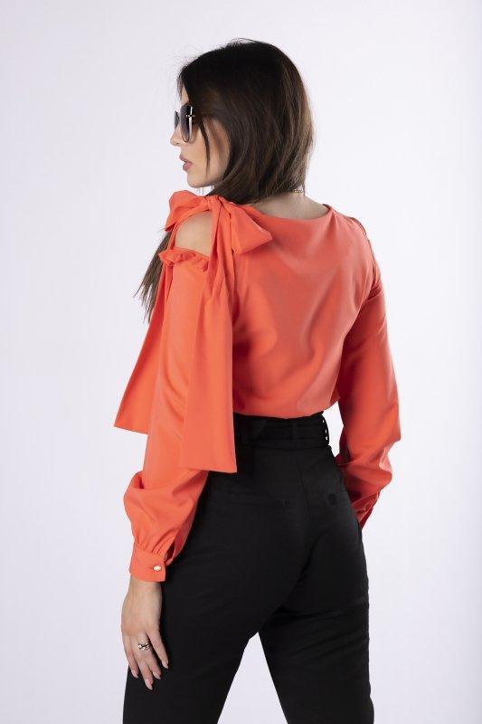 elegancka bluzka z wycięciem na ramieniu