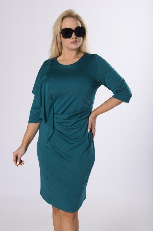 dopasowana sukienka z falbaną na biuście