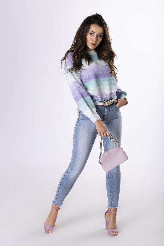 kolorowy sweter o prostym kroju