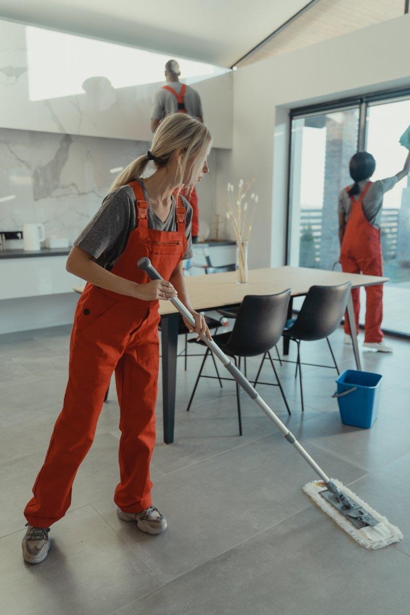 Płyn  do czyszczenia mocno zabrudzonych posadzek, hal, sanitariatów, warsztatów, piwnic, budynków - Super Universal