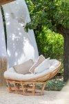Komfortowe rattanowe siedzisko sofa z miękkimi poduchami
