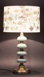 Wysoka lampa stołowa z abażurem - motyw kwiatowy