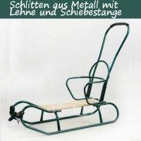 Schlitten aus Metall mit Rückenlehne und Schiebestange in grün