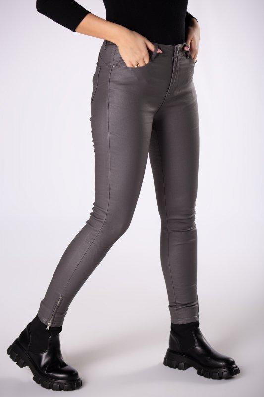 woskowane spodnie o dopasowanym kroju
