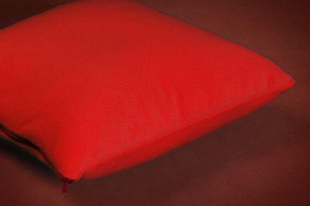 POSZEWKI POLAROWE na JAŚKI 40x40 ,przytulny polar wz. czerwony