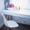 Po zamknięciu lustra, toaletka może służyć jako biurko, idealne do pokoju nastolatki czy domowego biura