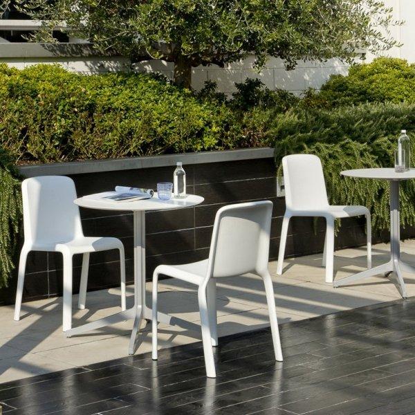Prosty, minimalistyczny design krzesła Pedrali Snow 300