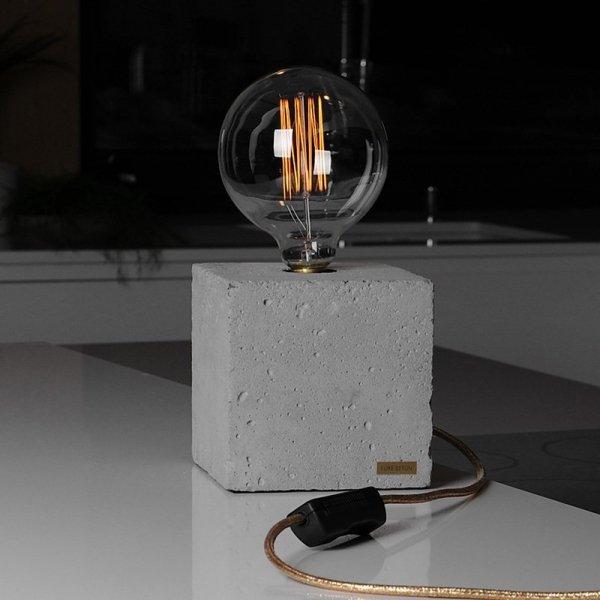 Lampka Edison Cube to betonowy sześcian z dekoracyjną żarówką