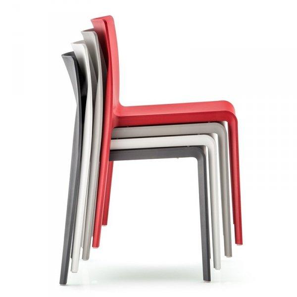 Krzesła Volt 670 Pedrali można sztaplować