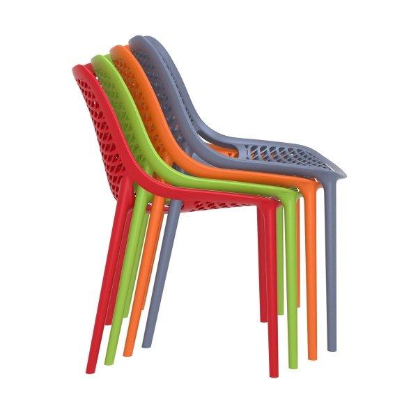 Krzesła można sztaplować, dzięki czemu nieużywane zajmują mało przestrzeni.