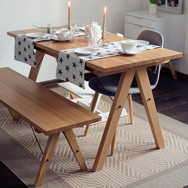 Wykonana ręcznie z litego drewna, całość spięta stalowymi elementami w kolorze czarnym lub białym