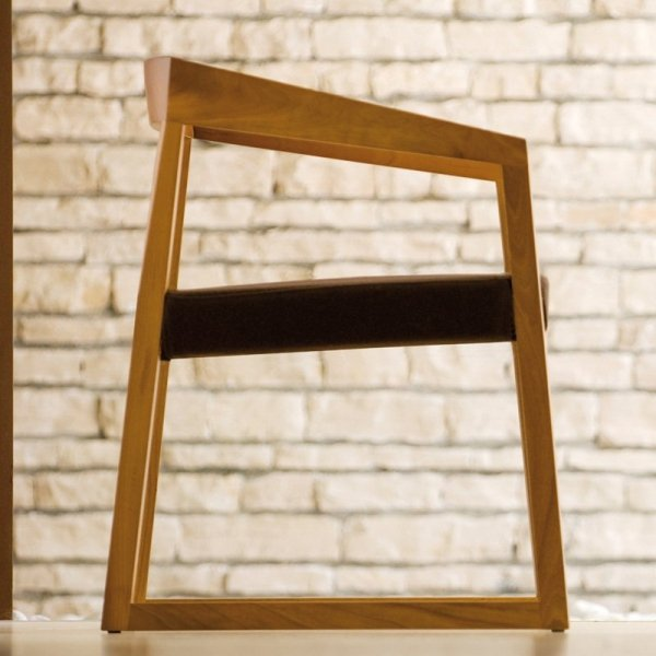 Drewniane fotele do salonu