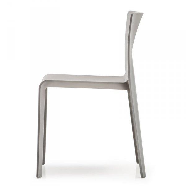 Lekkie i wytrzymałe krzesła z tworzywa Pedrali Volt 670
