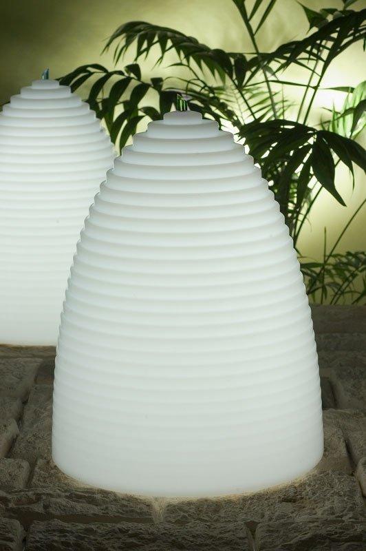 Nieformalny kształt inspirowany formą ula sprawia, że lampa Honey jest idealnym oświetleniem zarówno wewnątrz każdego pokoju, jak i na zewnątrz do Twojego ogrodu, balkonu lub tarasu.
