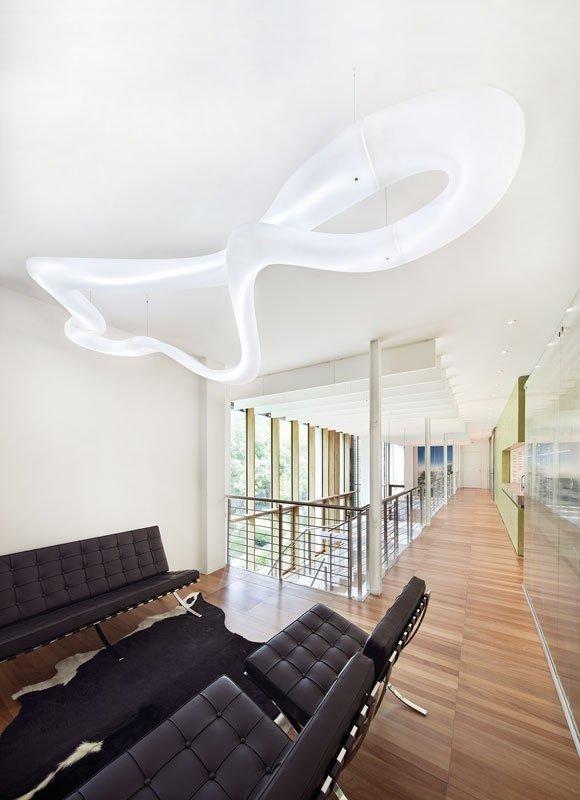 Kształt żyrandola i wykorzystana technologia LED daje nam wrażenie niesamowitej lekkosci, zaskakuje designerską prostotą i elegancją.