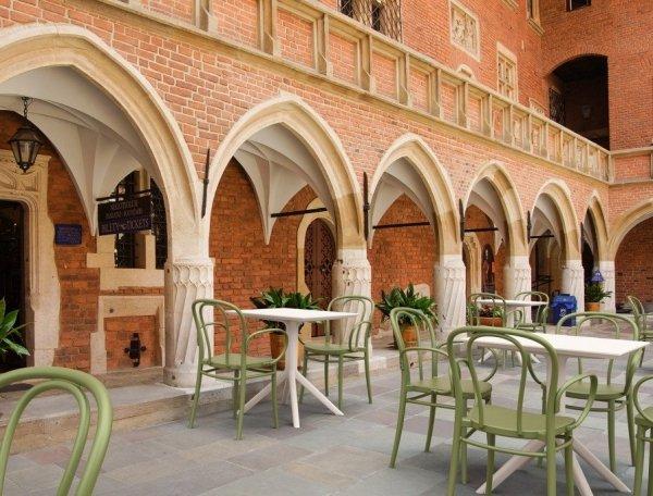 Stolik SKY Table 80 oraz krzesła Sky do kawiarni
