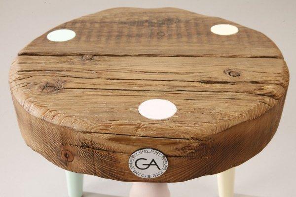 Drewniany Stołek Dots z kolorowymi nogami Projekt Stołek