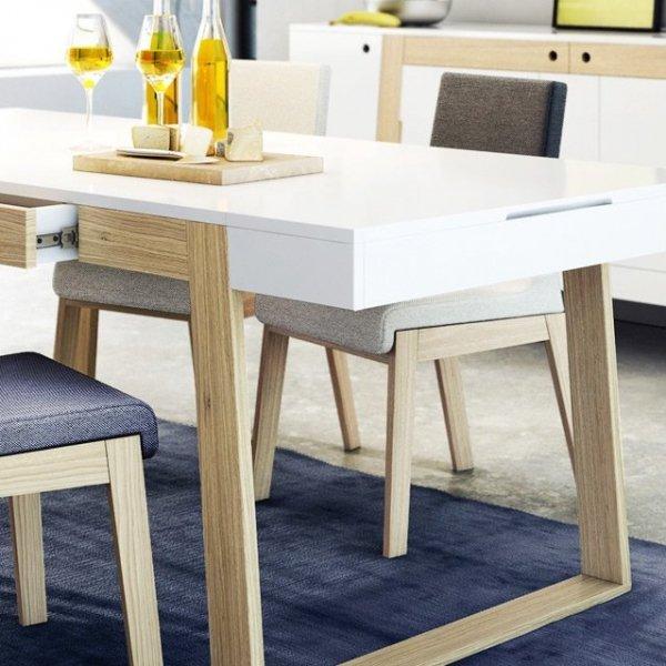 Prosta, niezobowiązująca forma mebla sprawia, że krzesło KYLA doskonale zafunkcjonuje w każdym rodzaju pomieszczeń, niezależnie od zastosowanej wewnątrz stylistyki.