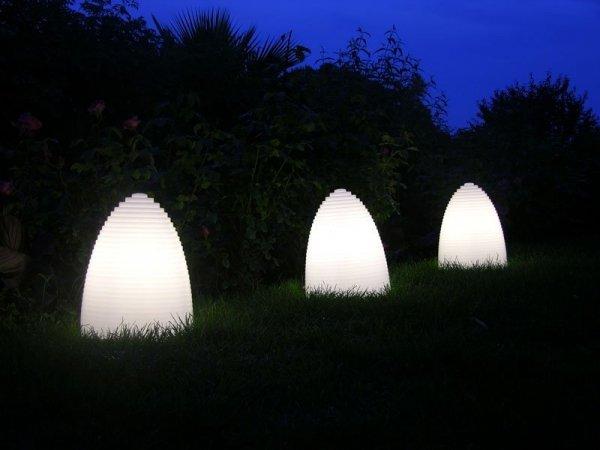 Lekka oraz bardzo trwała lampka jest idealnym oświetleniem na ogrodowe przyjęcia, na taras, jako doświetlenie szczególnych części ogrodu lub wnęrz, tworząc mocny efekt wizualny.