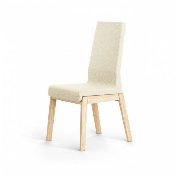 Pomimo solidnej, drewnianej konstrukcji krzesło sprawia wrażenie lekkiego i nowoczesnego