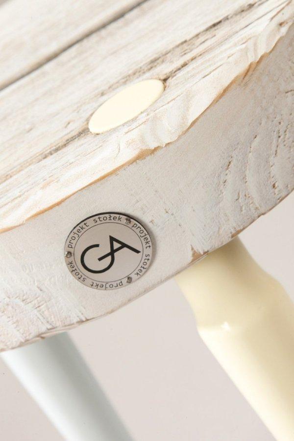 Drewniany Stołek Dots bielony z kolorowymi nogami Projekt Stołek