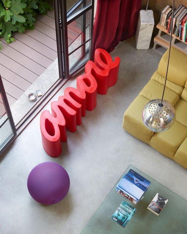 Energiczne kolory Slide i nietuzinkowa forma ławki nadadzą wnętrzom unikatowego stylu.