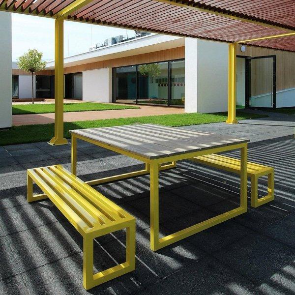 Duży metalowy stół ogrodowy z drewnianym blatem