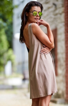 Luźna sukienka z dekoltem na plecach beżowa M204