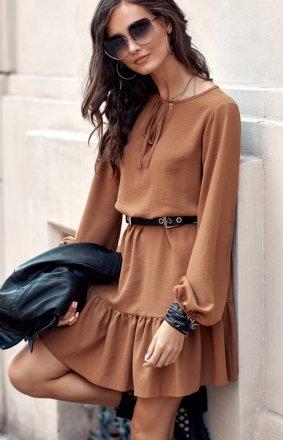 *Modna karmelowa sukienka z falbaną 0305