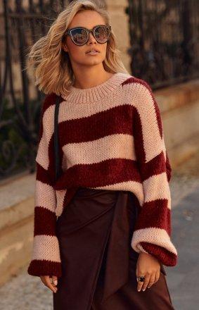 Oversizowy sweter w paski bordowe S106