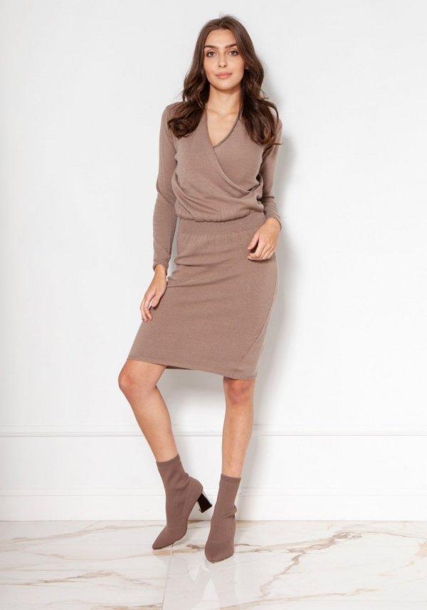 Swetrowa sukienka z kopertowym dekoltem mocca SWE136
