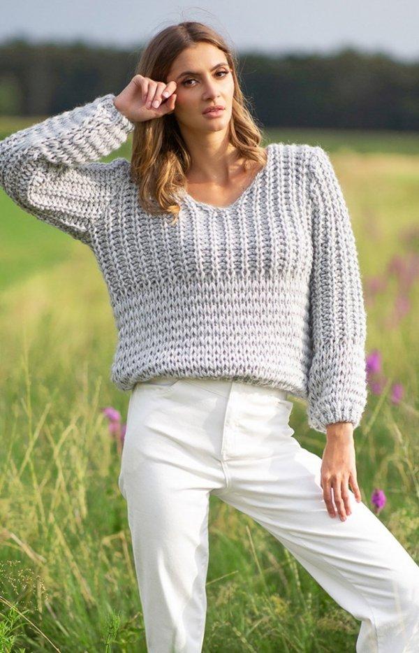 Oversizowy sweter z grubym splotem szary F760
