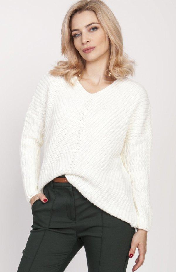 Oversize'owy sweter o asymetrycznym kroju ecru SWE124