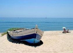 Fototapeta - Stara łódź na plaży - 254x183 cm