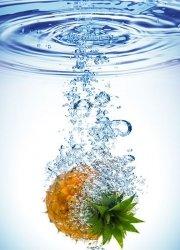Fototapeta do kuchni - Ananas w wodzie - 183x254 cm