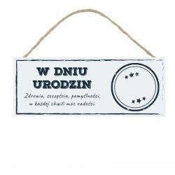 Drewniana tabliczka w kształcie prostokąta z napisem W dniu urodzin...