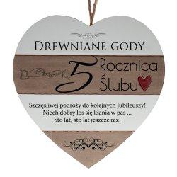 Drewniana tabliczka w kształcie serca z napisem  5 rocznica ślubu...