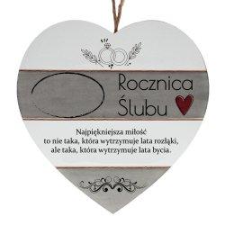 Drewniana tabliczka w kształcie serca z napisem  Rocznica ślubu...